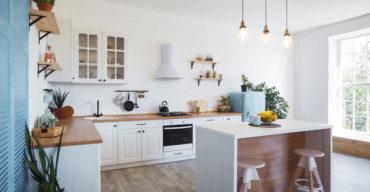Um projeto de cozinha com ilha em tons claros
