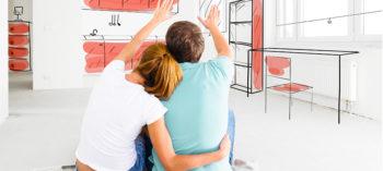 Mulher e homem com deficiência apontando para os móveis planejados para pessoas com deficiência