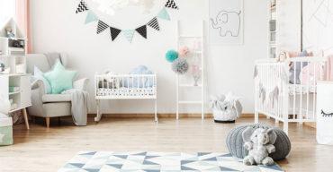 Quarto para bebê com móveis planejados brancos